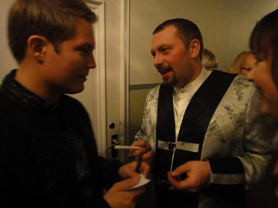 Makea jätkä. Ja loppilainen sokerileipuri Antti Mikkola antoi puolisonsa Annen kanssa Jarelle suuren paketin käsintehtyjä Shampanja-valkosuklaa konvehteja. Jos haluatte pöytään jotain ainutlaatuista ja hienoa niin ottakaapa yhteyttä Lopen Mikkolan Suoramyyntiin ja he myös järjestävät konvehtikurssejakin.