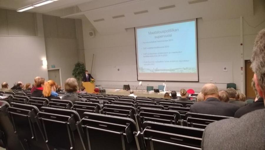 MMmin Jari Koskinen esittelee pitkää EU:n maatalousratkaisua ja poikkeuksellista Suomi-pykälää Hämeen maakuntavaltuustolle.
