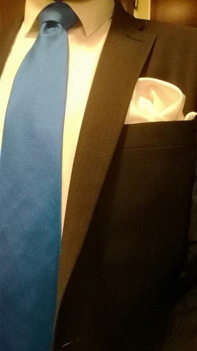 Laitoin sinisen kravatin. Siinä on poliittinen viesti; minulle isänmaa, Suomi on rakas. Kunnia, Isänmaa.