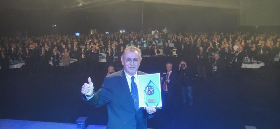 Ja yksi illan huippuhetkistä kun Simo R Lampinen sai elämäntyön palkinnon ja koko Gaalan 1100 päinen yleisö kunnioitti miestä seisomaan nousten. Legenda.