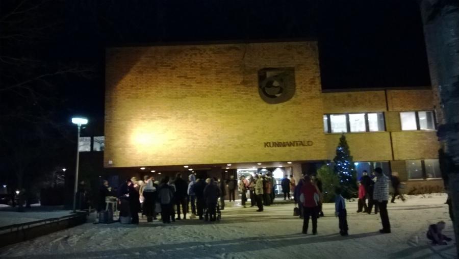 Lopen kunnantalon, Olavinlinnan, edustalla oli tänään jälleen perinteinen Lopen joulunavaus Antin Adventti. Väkeä sisällä ja ulkona useampi sata ja mukava talvinen tunnelmakin jo.