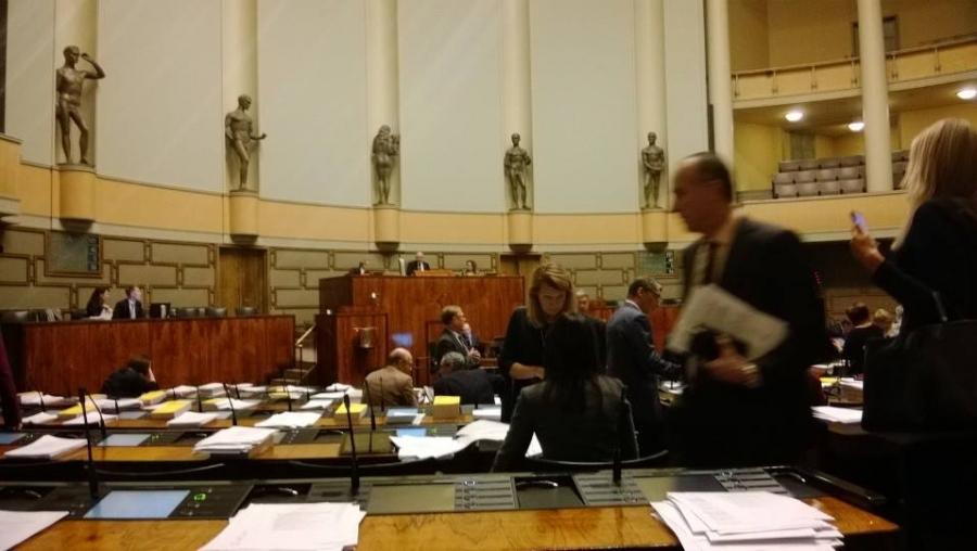 Ja istunto päätökseen. Tänään vain kyselytunti ja muutama äänestys. Nyt kohti itsenäisyyspäivää...