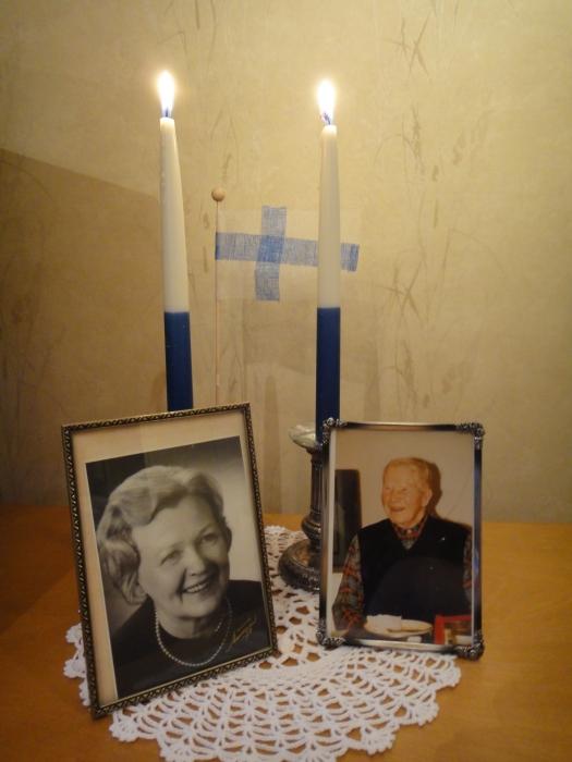 Tällainen pöytä meillä tänään. Perheen pienen kerhossa tekemä Suomenlippu Vaarini ja Mummini ja sinivalkoisten kynttilöiden seurana.