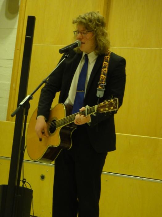Ja nuorten tervehdyksen musiikin muodossa juhlaamme toi lukiolainen Riku Saarnio. Taitava kitaristi ja laulaja.