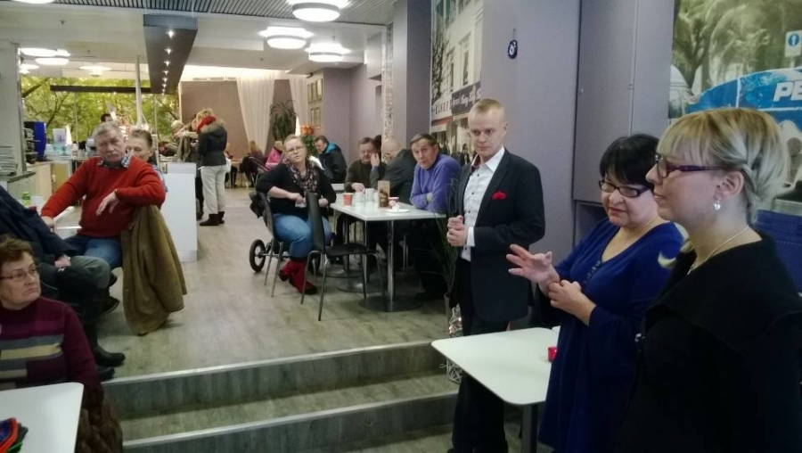 Ja sitten lounas ja matka Hämeenlinnaan ja siellä seuraava Reskalla vanhassa Cafe Veerassa nykyisessä Cafe Il Mondossa. Väkeä ei aivan niin paljoa puolenpäivän aikaan, mutta hyvin Hämeenlinnassakin. Ehkä nafti kolmekymmentä kuppia kahvia ja torttua ja hyvää keskustelua.