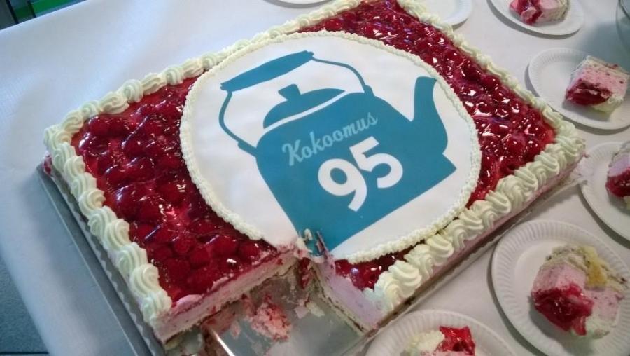 Ja sitten päivä jatkui Kokoomuksen 95-vuotiskakkukahvien parissa Hämeenlinnan Laurellilla. 200 hengelle täytekakkua ja hauskaa rupattelua.