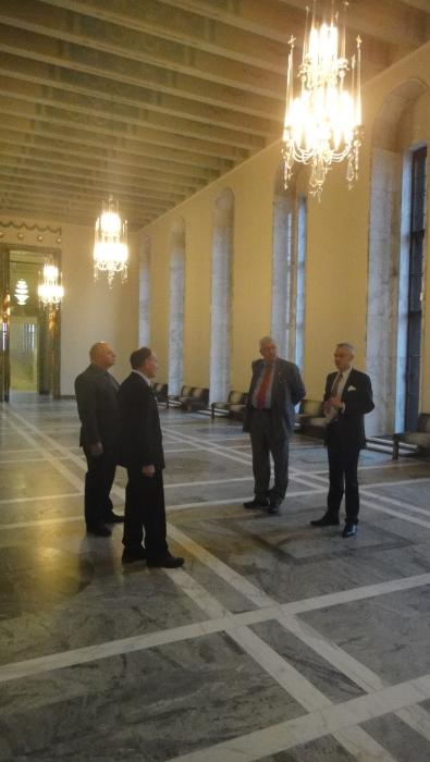 Ja tässä Sotaveteraanien puheenjohtajien kanssa katsomassa eduskunnan Valtiosalia ja mielenkiintoista keskustelua mm. siitä miten eduskuntatalo säästyi sodan pommituksista ja monesta muustakin aiheesta.