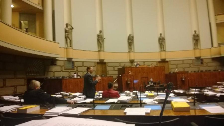Keskustelu salissa jatkuu 16.12.2013... Harri Jaskari äänessä kauppojen aukioloajoista...