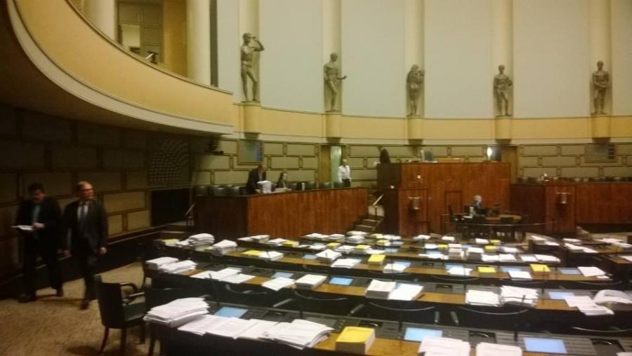 Istunto päätökseen kolmen kokoomuslaisen kesken. Vähiin kävi siis ennen kuin loppui. Kello 22.37 ja kotia kohden.
