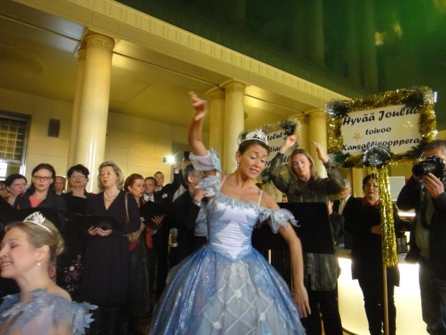18.12.2013 upea aamuyllätys Kansallisopperalta. Yhtäkkiä kahvila täyttyi musiikista ja baletista. Wau!