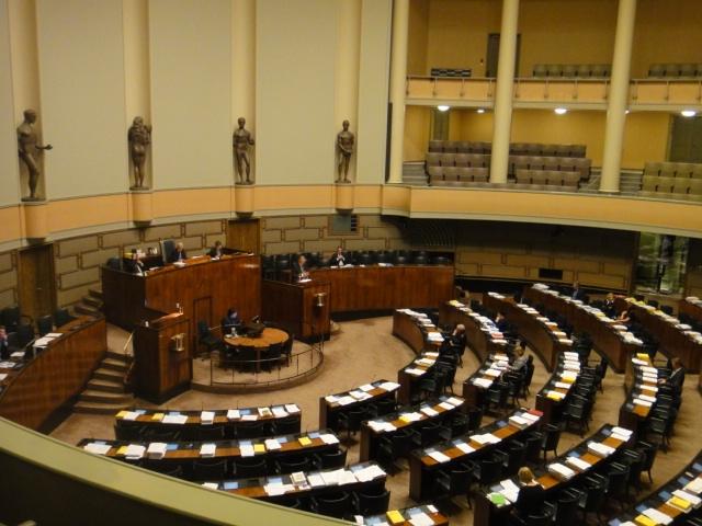 kello 19.49 ja keskustelu eduskunnassa jatkuu Työ ja elinkeinoministeriön hallinnonalalta.
