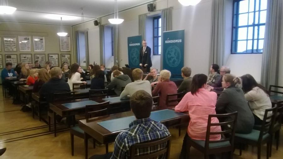 Kaurialan Lukion oppilaita vieraanani tänään eduskunnassa. Tässä olemme kokoomuksen ryhmähuoneessa.