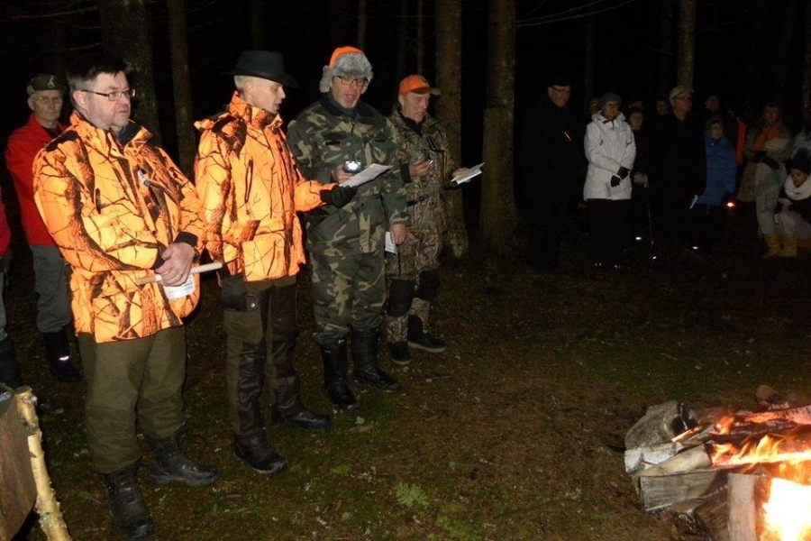Tässä meitä metsämiehiä kvartetin verran laulamassa. Takana Tatu Nurmi metsästystorven kanssa, jolla soitettiin merkki joulurauhan alkamiseksi. Tämä kuva: Ilkka Juote.