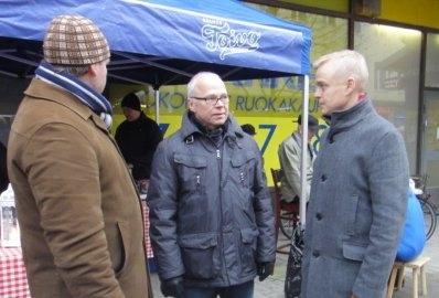 Hämeenlinnan Kokoomuksen Jouluglögeillä la 21.12.2013 kävelykatu Reskalla.