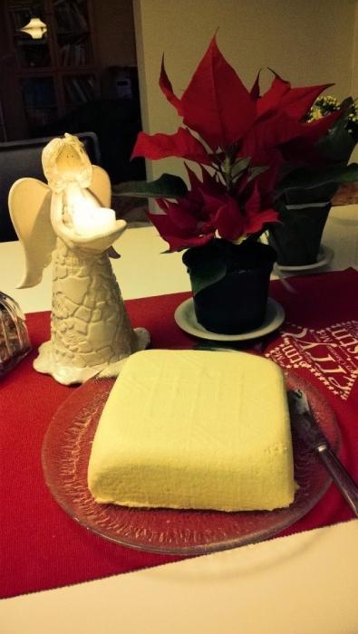 Kummimaatilani Portaankorvan joululahja. Oman tilan maidosta piimäjuustoa. Kiitos Liisa ja Pekka ja nuoret. Voi pojat mä niin rakastan piimäjustoa ja tämä jo nyt oli pakko avata ja maistaa. Tulispa joulu niin saisi yölläkin syödäkseen...
