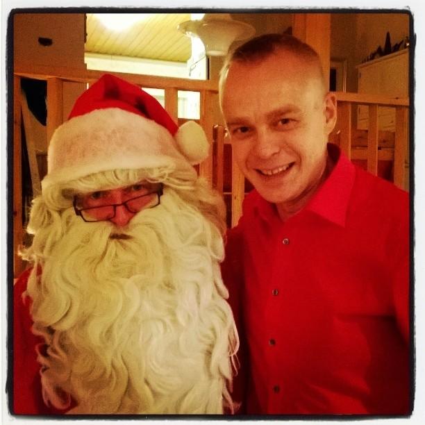 Joulupukki halusi kuulemma tuoda lahjattomalle poliitikollekin lahjoja. Jouluna kukaan ei saa olla lahjaton. Kauniisti tehty. :)