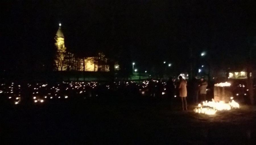 Jouluyönä keskiyöllä Lopen kauniilla hautausmaalla.