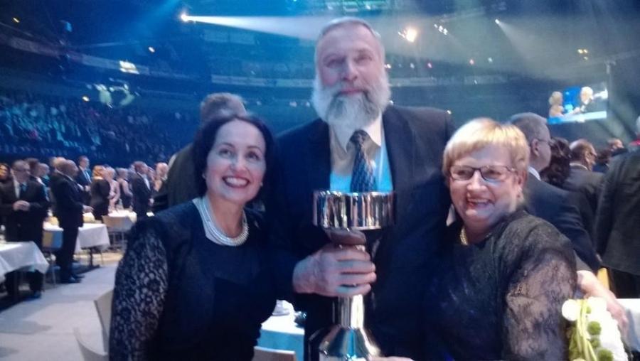 Ja urheilijoiden Hall of Fameen kutsuttiin tänään myös ex-kollegamme Juha Mieto. Tässä Jussi valtion liikuntaneuvoston Raija Vahasalon ja Ulla-Maj Wideroosin onniteltavana.