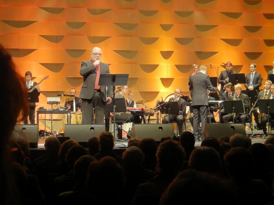 Upea juhlakonsertti Hämeenlinna 375 vuotta Verkatehtaalla. Tässä konsertin juontaja Kai Hyttinen ja nyt lauluvuorossa. Kuju esitti hulvattoman Revohkasta Lappiin lepäämään ja hienon Kurjen.