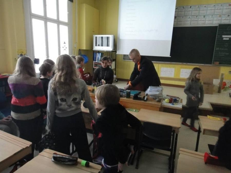Ja tässä vielä avustamassa Vähikkälän Koulun Oppilaskunnan hallituksen vaalissa. Tomeria äänestäjiä ja äänestysvirkailijoitakin :)