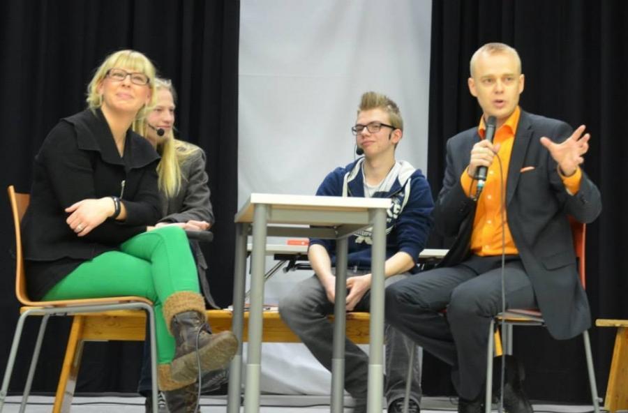 Ja sitten isompia... Eli tässä Aino-Kaisa Pekosen kanssa Hämeenlinnan Kaurialan lukiolaisten tentattavana.