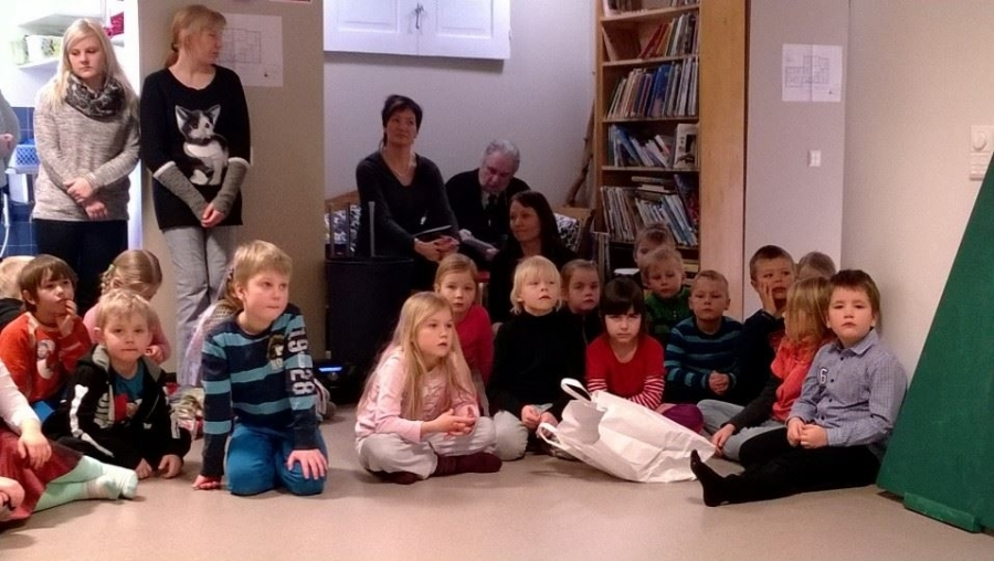 Ja myös lapset seurasivat tarkkoina ministeri Paula Risikon avajaispuhetta, jossa hän puhutteli pääasiassa juurikin talon lapsia. Hienoa.