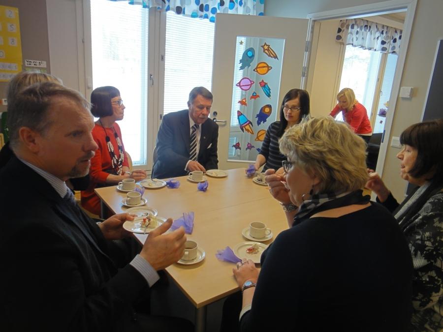 Ja juhlan jälkeen sitten kakkukahvit. Tässä kunnanhallituksen varapuheenjohtajan Tiina Seppälän pöydässä mm. Armas Saarisen sukulaisia ja lukion rehtori Vilho Ylönen ja kasvatus- ja koulutuslautakunnan Teija Lehto.