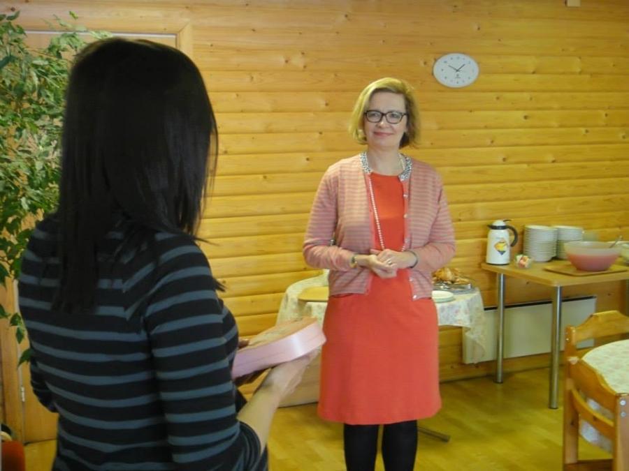 Ja Lopen vierailun päätteeksi Tiina Seppälä antoi ministeri Paula Risikolle pienen makean lahjan kiitokseksi päivästä Lopella.