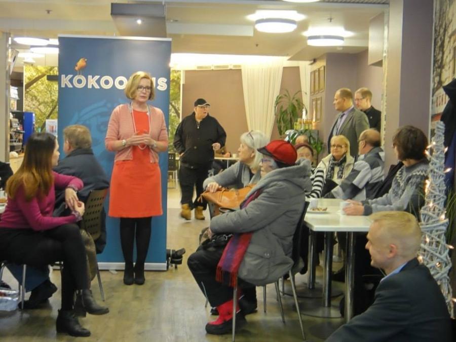 Lopen me suuntasimme sitten vielä Paula Risikon kanssa pitämään toisen yleisötilaisuuden Hämeenlinnan Reskan Cafe Il Mondoon. Samat aiheet puhuttivat Hämeenlinnassakin.