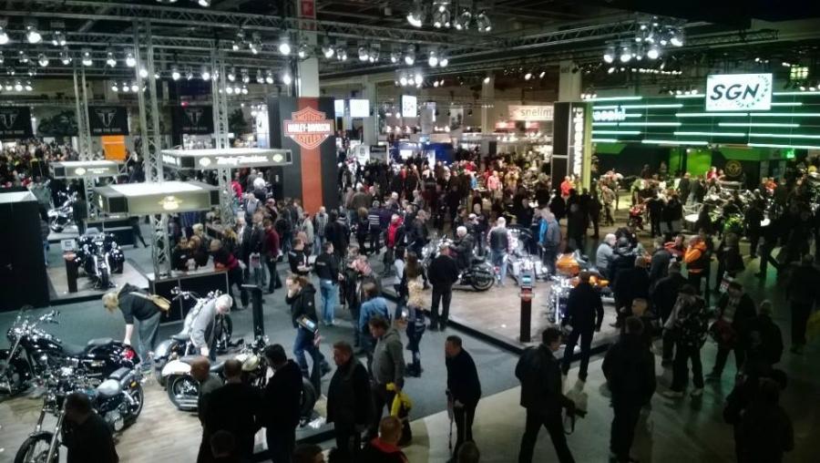 Ja sitten ruuhkaa seuravassakin paikassa eli MP14-näyttelyn Supercrossin avajaisiin pitämään puhetta.