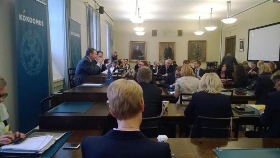 Kokoomuksen eduskuntaryhmä järjestäytyy Ilkka Kanervan johdolla... Kapteenit valitaan...