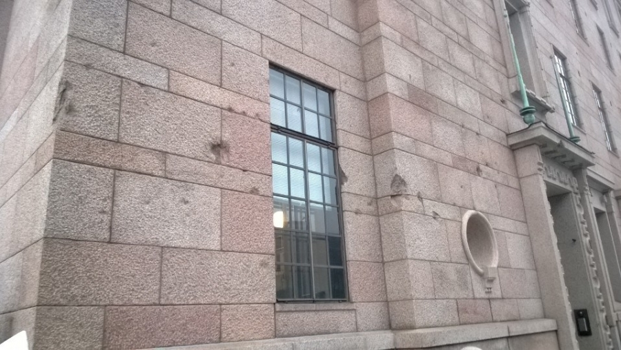 Tässä eduskuntatalon ainoat tuhot Neuvostoliiton suurpommituksista. Upea talo säilyi ja suomalainen graniitti kesti.
