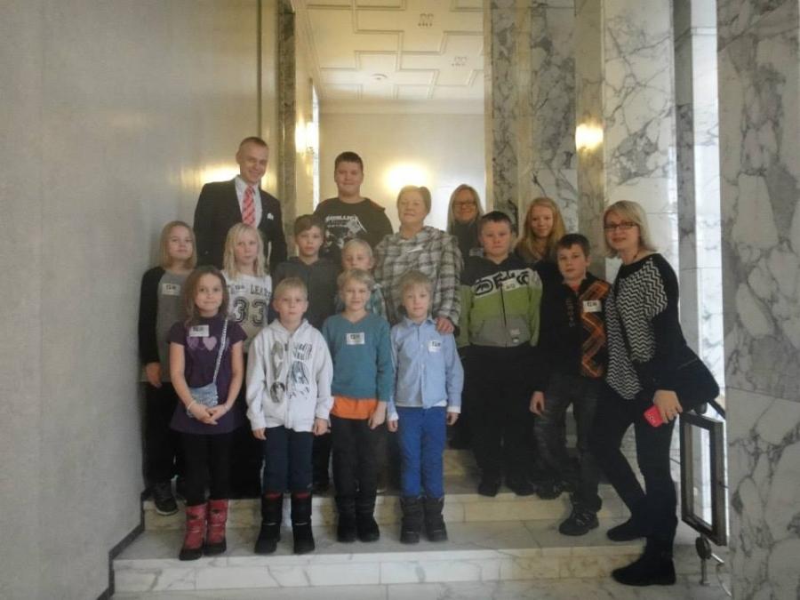 Lopen Kirkonkylän Koulun Oppilaskunnan hallitus tänään vierailulla eduskunnassa.