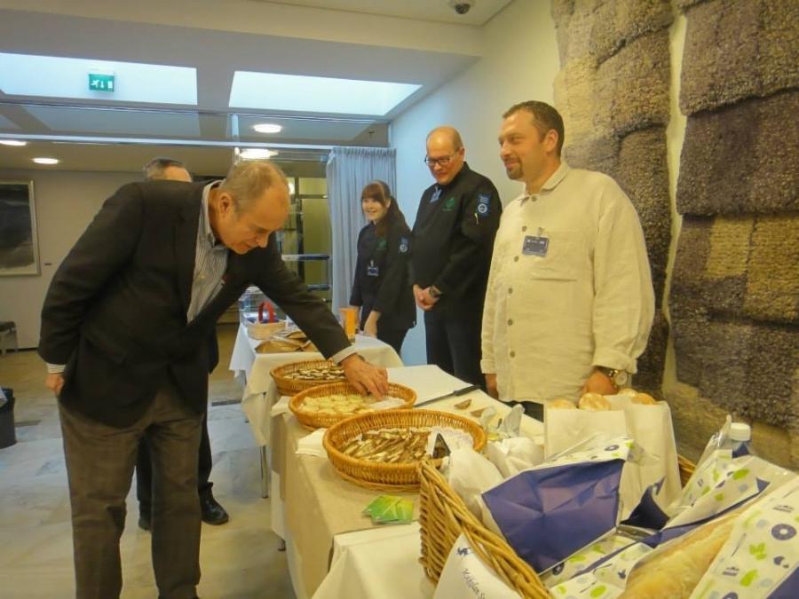 Ja hieman epäilevämminkin suomalaiseen ruokaan suhtautuvat rohkenivat paikalle :) Tässä Mikkolan Suoramyynnin Antti Mikkola esittelee suomalaisista jauhoista leivottuja uunituoreita leipiä Jörn Donnerille.