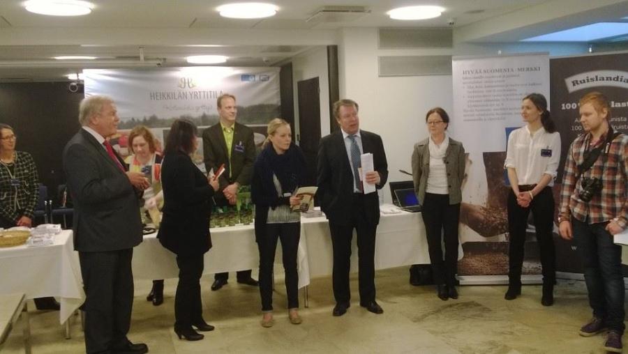 Tässä suomalaista ruokaa puolustavien kansanedustajien puheenvuoroja tilaisuudessa. Puhumassa Ilkka Kanerva ja hänen jälkeensä Jouko Skinnari.