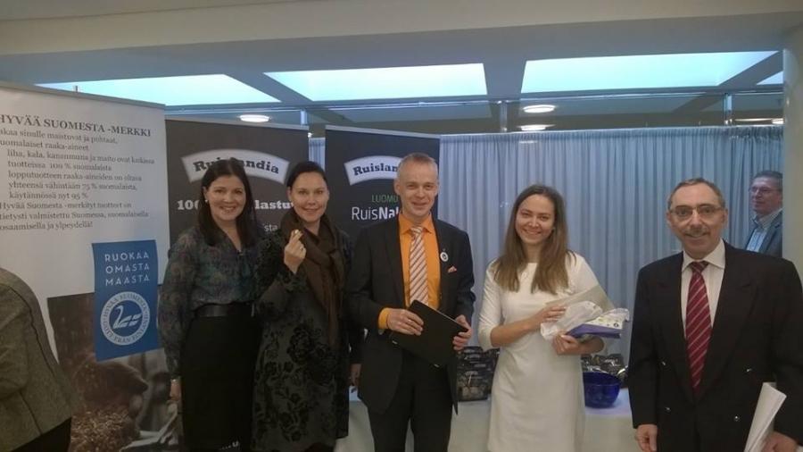 Tässä yhteiskuvassa eduskunnan lähiruokaverkoston varapuheenjohtajan Sari Sarkomaan ja Annemari Virolaisen, Minja Timperin ja Ben Zyskowiczin kanssa.