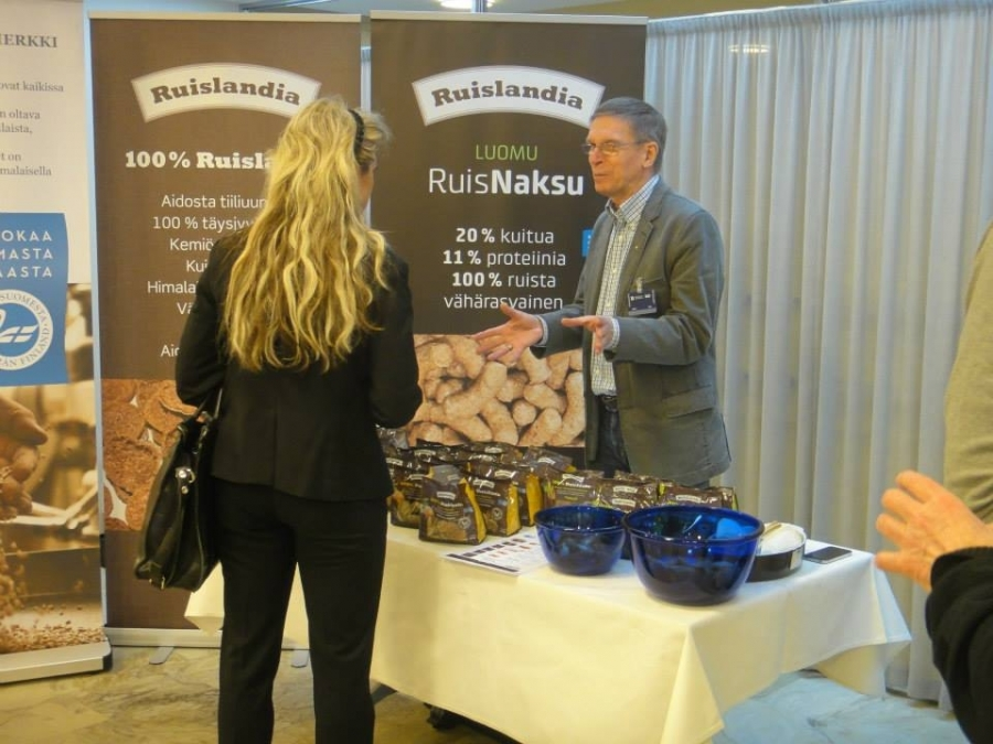 Perussuomalaisten Kike Elomaa Jouko Honkasalon kanssa tutustumassa Ruislandian 100% suomalaisiin ruisnaksuihin ja leipiin.