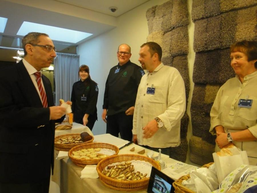 Ben Zyskowicz tutustumassa suomalaiseen ruisleipään Kari Savolan ja Antti Mikkolan tuotteiden parissa.