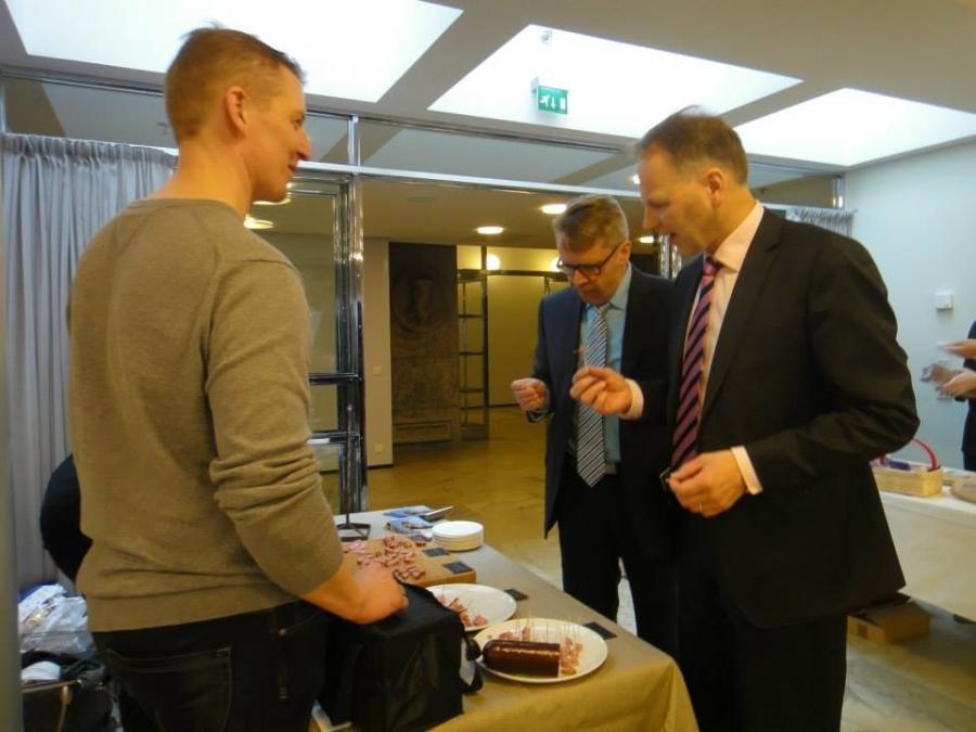Ja keskustan Jari Leppä ja KD:n Peter Östman maistelemassa Keinuhongan lihaherkkuja.