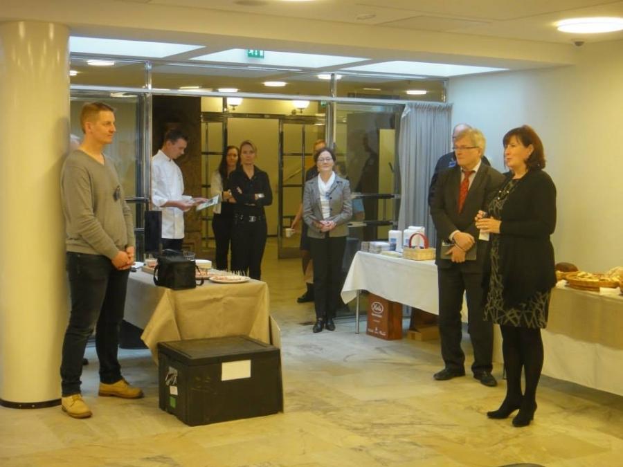 Ja tässä kokoomuksen Anu Urpalaisen puheenvuoro ja hänen jälkeensä äänessä oli SDP:n Johannes Koskinen.