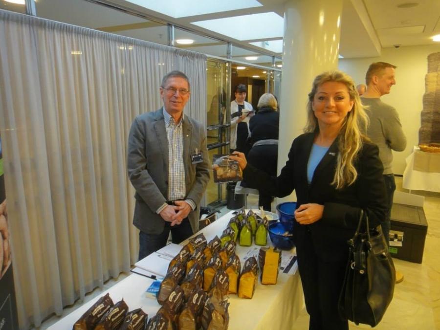 Ja perussuomalaisten Kike Elomaa Jouho Honkasalon kanssa ja 100% ruista ranteeseen Ruislandialta.