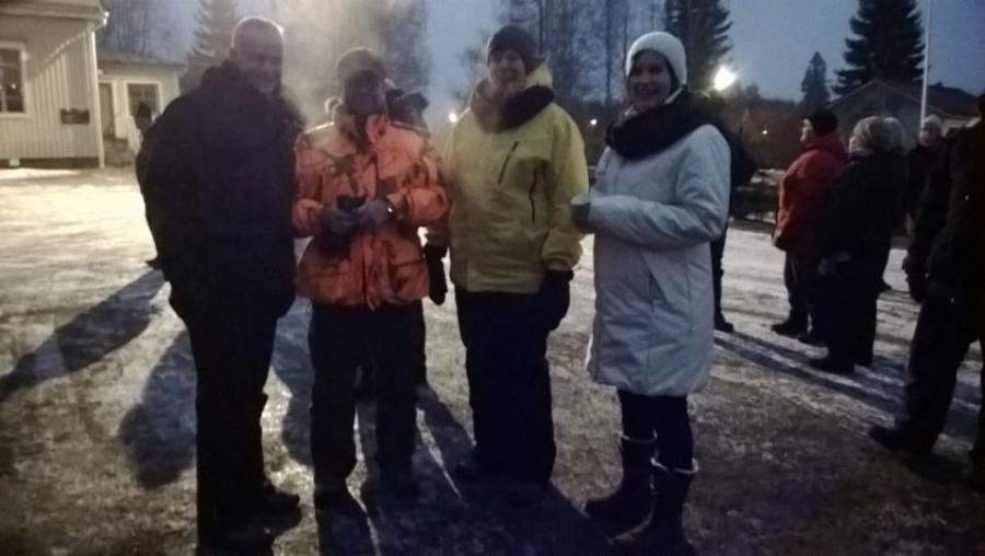 Ja Lopen kunnanhallituksen triomme kanssani valmiina illan näytökseen. Kunnanhallituksen varapuheenjohtaja Tiina Seppälä (oik), Karoliina Saari ja Jarmo Laukkanen.