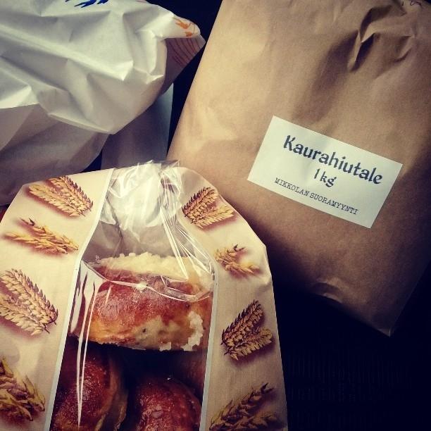 Mikkolan Suoramyynti avoinna tänään lauantaina klo 14 asti. Juuri jauhettuja tuoreita jauhoja ja aamulla leivottua leipää ja pullia 100% suomalaisista viljoista. Poiketkaapa Lopella