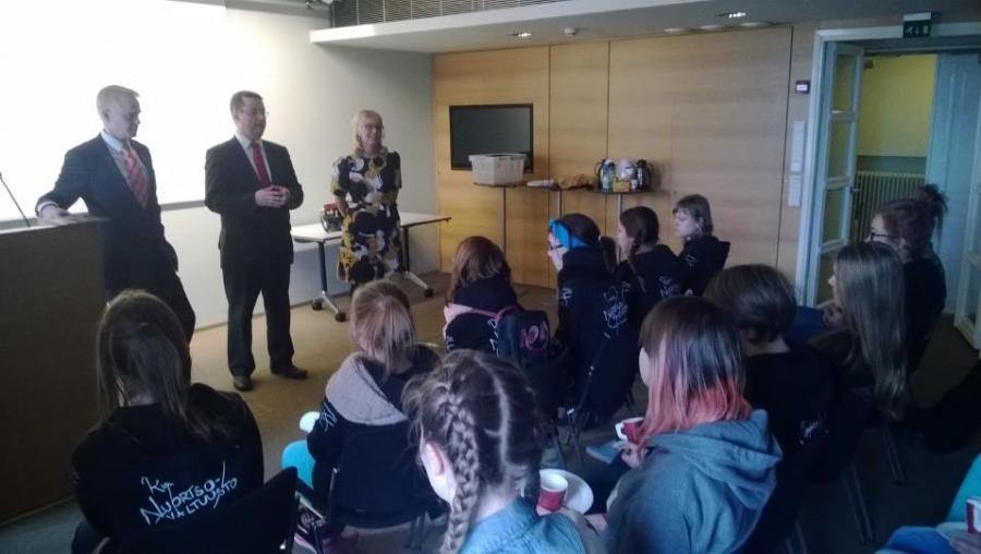 Riihimäen Nuorisovaltuusto eduskunnassa vierailulla Aino-Kaisa Pekosen, Mika Karin ja minun johdolla. Aktiivinen sakki.