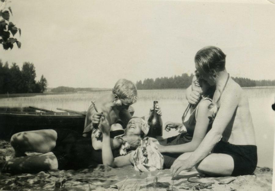 Tässä vanha kuva 1920-30-luvun taisteesta Loppijärveltä. Takana näkyy Itusaari ja vasemmalla Torkinnokka. Isovanhempani tässä kesäpäivää viettämässä nykyisen mökkirantani hietikolla.