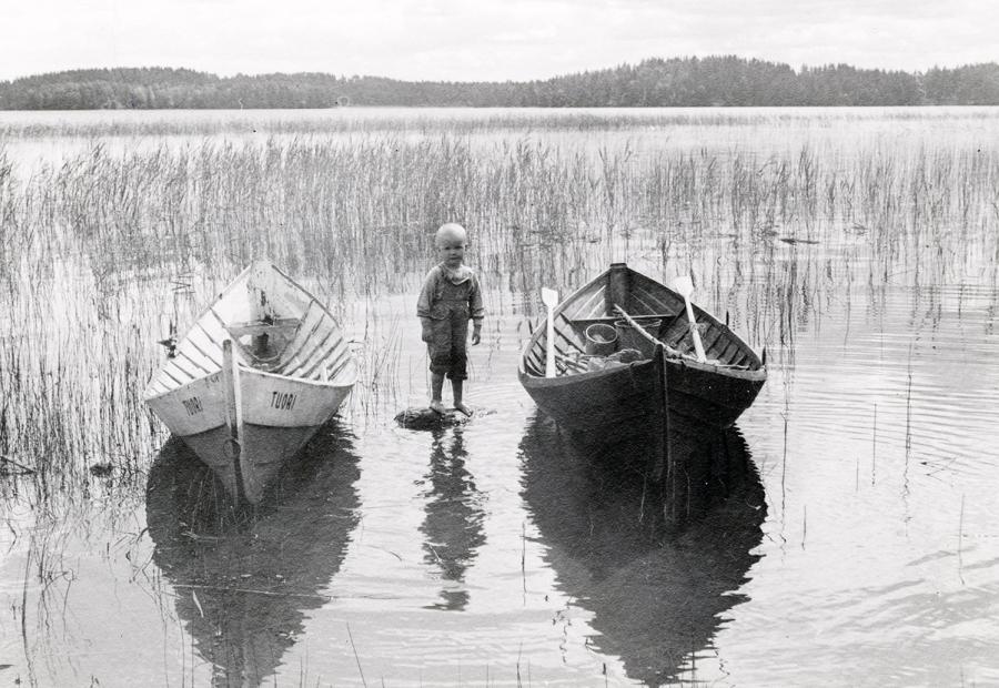 Ja tässä sitten Länsiluodon kaupan poika Torkinrannassa. Tuorin vene vasemmalla. Nämä kaksi kuvaa tulevat kasseihin ja kortteihin kesäksi 2014.