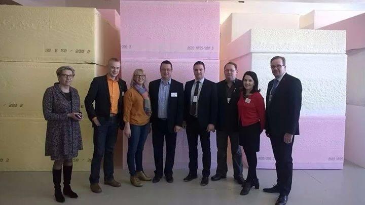 Ja tässä Iskun porukan kanssa yhteiskuvassa. Paikalla Hämeen kansanedustajista tässä Aino-Kaisa Pekonen, Sanni Grahn-Laasonen ja Mika Kari. Paikalla kävi myös Jouko Skinnari.