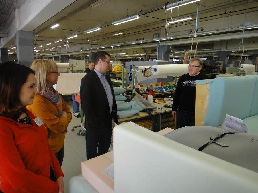 Tässä tutustumassa siihen miten suomalaisena työnä syntyy Iskun sohva.