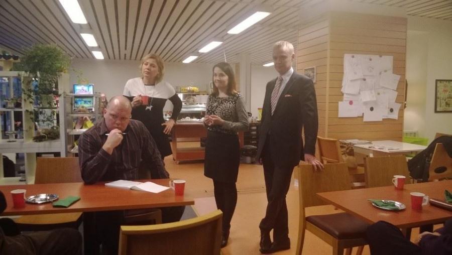 Forssassa kuntaministeri Henna Virkkusen ja kollegani Sanni Grahn-Laasosen kanssa Jokioisten Leivän kahvilassa. Kokoomus kuuntelee...