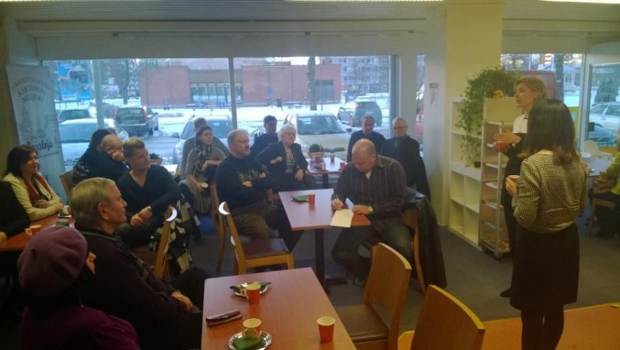 Ja väkeä kahvila täynnä ja hyvä puolitoistatuntinen keskustelua niin kunta-asioista kuin ulko- ja turvallisuuspolitiikastakin.